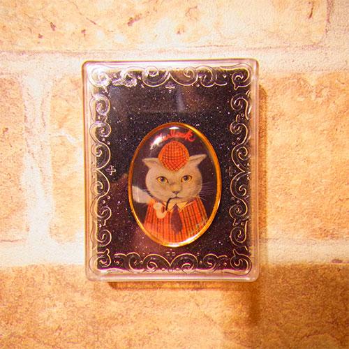 猫シャーロックホームズピンズはケース入りです。
